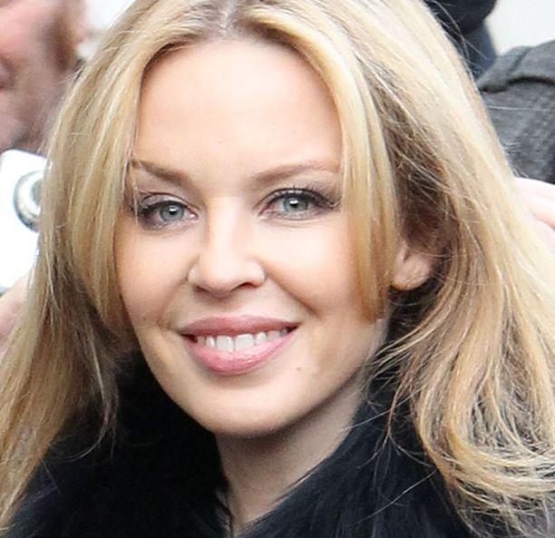 """Myös Kylie Minogue kuuluu """"Kuuluisuuksien kissakerhoon"""", vaikka laulajatähden kasvot näyttävätkin vielä suhteellisen luonnollisilta."""