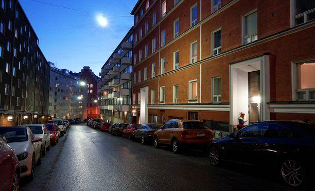 Puolenkymmentä vahvasti aseistettua partiota hälytettiin Saarelan Pursimiehenkadulla sijaitsevaan asuntoon.