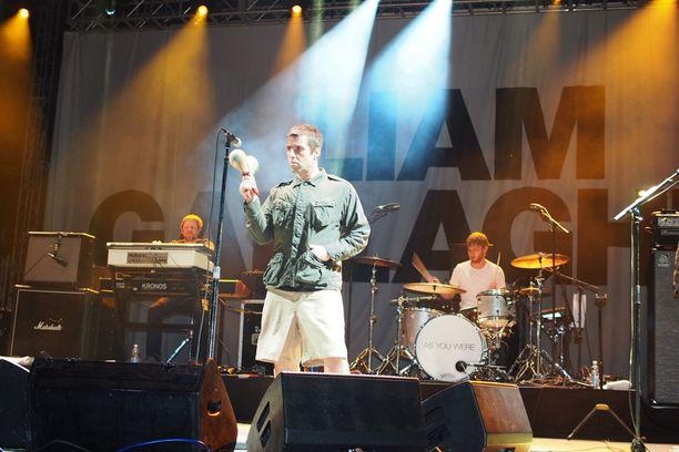 Liam Gallagher sylki sanoja suustaan Turun-keikallaan jäljittelemättömällä tyylillään. Ajoittain Gallagher intoutui soittamaan tamburiinia ja marakasseja.