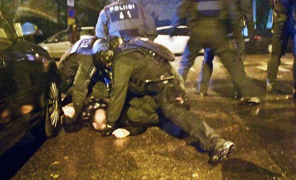 Poliisi otti useita henkilöitä kiinni.