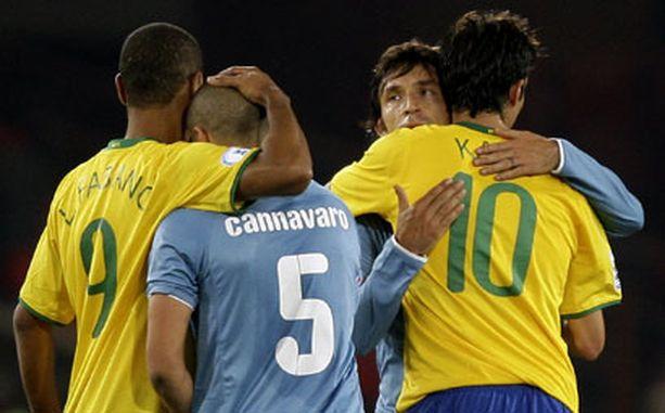 Brassien Luis Fabiano ja Kaka lohduttivat Italian Fabio Cannavaroa ja Andrea Pirloa.