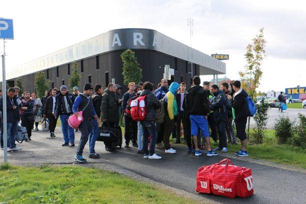 Turvapaikanhakijoita tulossa Haaparannasta Suomeen juuri ennen järjestelykeskuksen avaamista syyskuussa.
