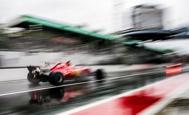 Kimi Räikkönen suivaantui tallilleen.