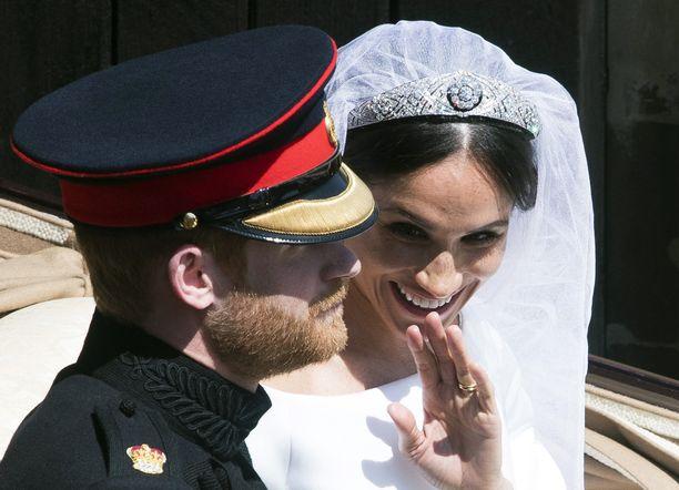 Kuvassa Meghan tiara päässään häissään.