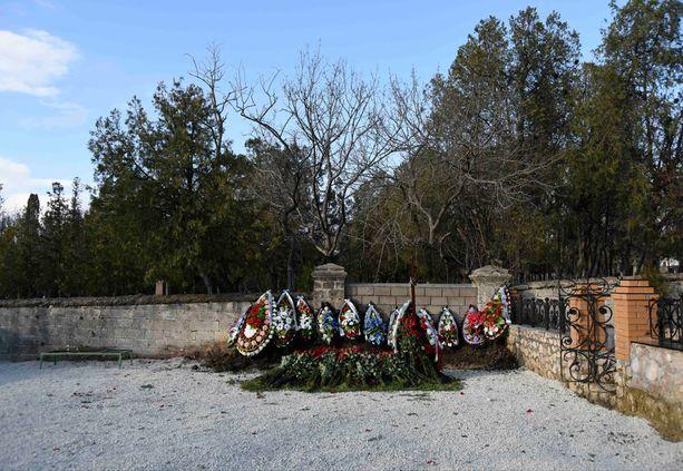 Kukkia oli tuotu runsaasti hautapaikalle Sevastopolin hautausmaalle.