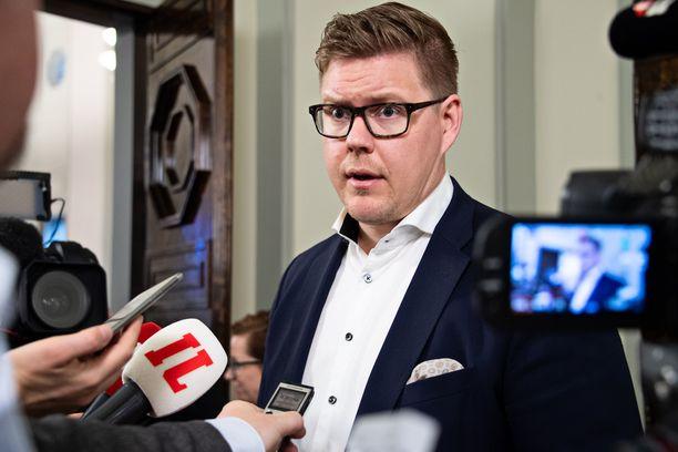 Sdp:n eduskuntaryhmän puheenjohtaja Antti Lidtman totesi puolueen kesäkokouksessa pitämässään puheessa, että aktiivimalli on tehoton ja epäoikeudenmukainen.