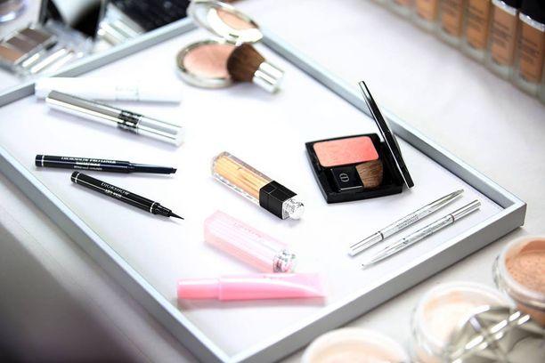 Diorin puuteri oli Porvoon Sokoksen kosmetologin suosikki. Hän osti viimeisen purkin ja otti samalla itselleen viimeisen puolityhjän testerin. Osuuskauppa ei tekoa hyväksynyt vaan antoi naiselle potkut. Kuvassa Diorin tuotteita.