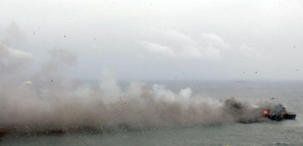 Italian laivasto on julkaissut tuoreita kuvia palavasta paatista.