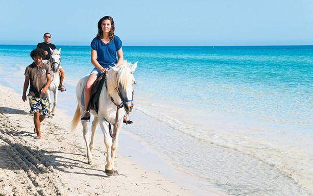 Tunisian valkeilla rannoilla voi vaikka ratsastaa.