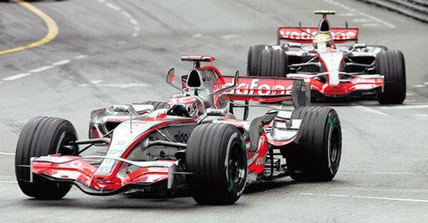 Fernando Alonso (edessä) ja Lewis Hamilton hallitsivat suvereenisti Monacon tapahtumia.