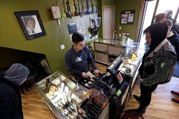 Kannabista myyvä John Golby esitteli tuotteitaan Seattlessa. Laillinen kannabis tuo matkailun lisäksi paljon verotuloja.