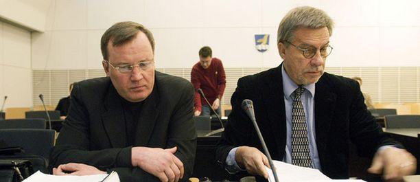 """Syyttäjä vaatii Pertti """"Speedy"""" Nissiselle (vas.) kovaa tuomiota. Vieressä Nissisen asianajaja Heikki Salo."""