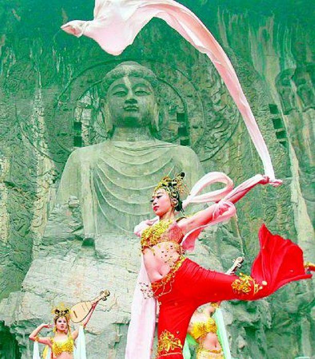 HEISSAN BUDDHA! Kiinalaiset neitoset osoittivat kauniilla tavalla Henanin maakunnassa, että buddhismi on luontevasti yhdistettävissä myös jytäjumppaan. Tätä liikunnallista näkemystä mielenrauhasta edusti aikoinaan jo keisarinna Wu Zetian, jonka muistoa seremoniassa kunnioitettiin.
