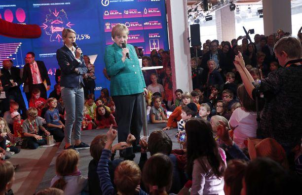 Merkel vastaili lasten kysymyksiin CDU-puolueensa näyttelytilassa.