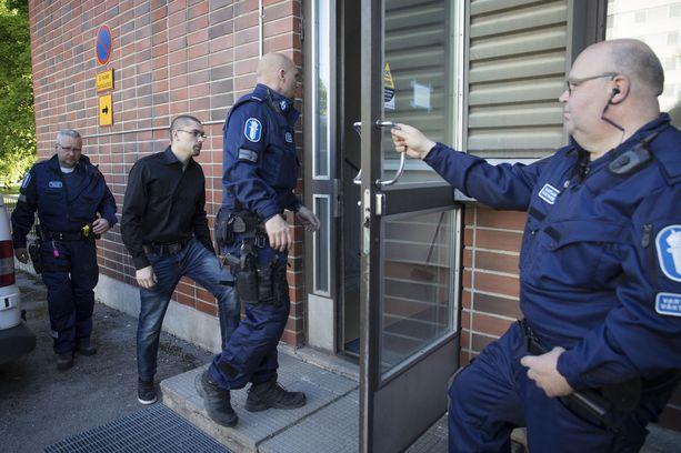 Käräjäoikeus tuomitsi kuvassa poliisien saattaman Janne Alamäen 10 vuoden maksimirangaistukseen törkeästä huumausainerikoksesta.
