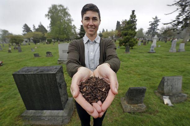 Recomposen perustaja ja toimitusjohtaja Katrina Spade esittelee washingtonilaisella hautausmaalla mitä koemielessä kompostoidusta lehmästä jäi jäljelle.