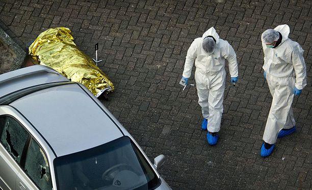 Poliisin tutkijat ohittivat peitetyn ruumiin De Ridderhof -ostoskeskuksen parkkipaikalla.