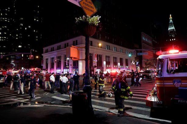 Paikalle saapui nopeasti poliiseja ja palokuntaa. Ihmiset juoksivat asunnoista ja ravintoloista ulos.