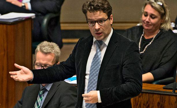 Fennovoimaa vastustavan vihreiden puheenjohtaja Ville Niinistö moitti pääministerin puheita alatyylisiksi ja törkeiksi.
