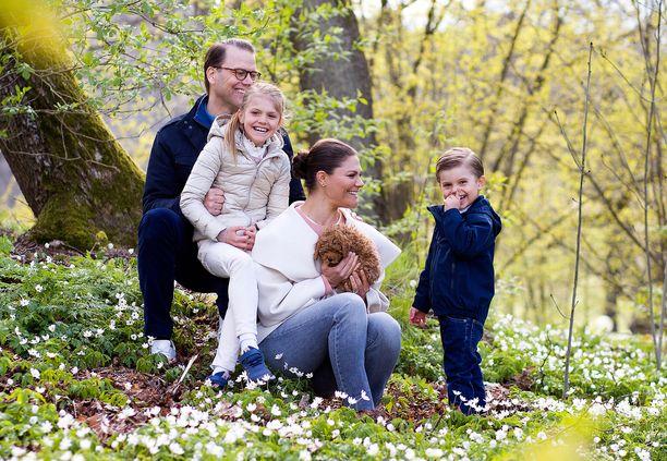 Kruununprinsessan perhe nauttii luonnosta. Tänä kesänä mökille lähtee myös pikkukoira.