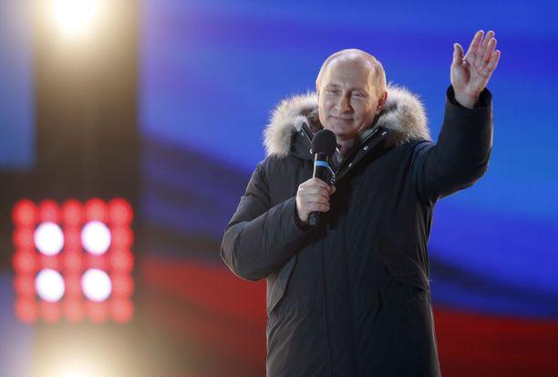 Vladimir Putin valittiin murskaluvuin jatkoon. Kuva sunnuntai-illan juhlasta Moskovassa.
