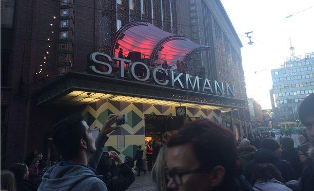 Helsingin Stockmannin edustalle on saapunut jo runsaasti ihmisiä odottamaan Jari Sillanpään esiintymistä.