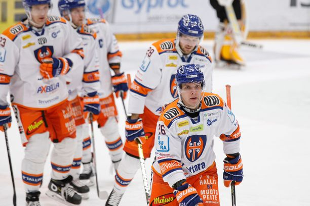 Tapparan Jere Karjalainen (etualalla) vietti kolmen teho- ja sarjapisteen iltaa. Hän petrasi kausiennätyksensä lukemiin 17+19=36 ja nousi Liigan pistepörssissä viidenneksi.