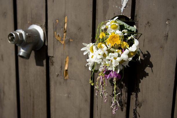 Joku oli ripustanut kukkakimpun uhrin muistoksi rikospaikan lähelle.