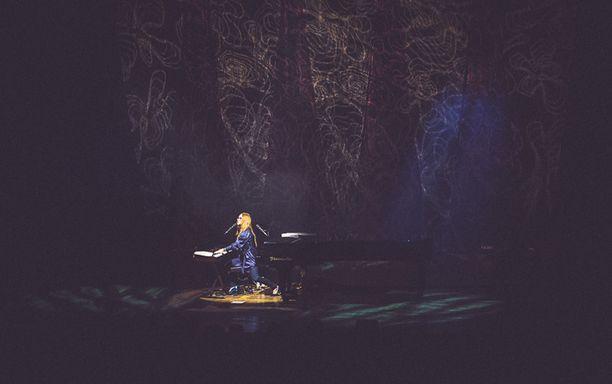 Laulajatar ei yleisöä juurikaan välispiikeillä kosiskellut.