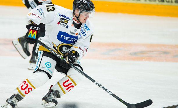Julius Junttila syötti Kärppien toisen maalin Kuopiossa.