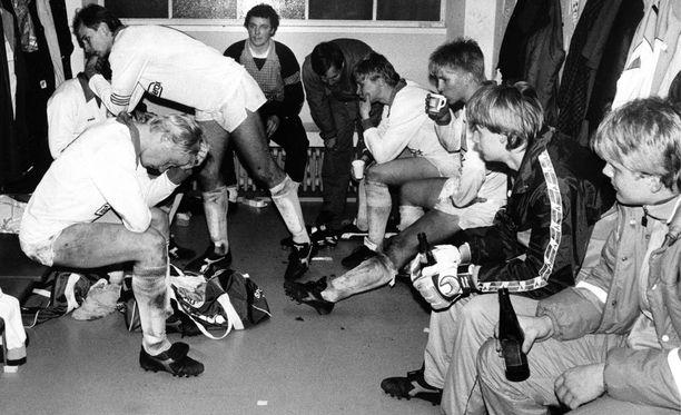Kuusysin kapteeni Esa Pekonen (seisaalla) lohduttaa joukkuettaan tappion jälkeen Olympiastadionilla.