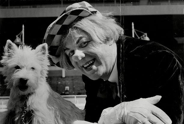 Popov poseeraa terrierinsä Gemman kanssa vuonna 1971.