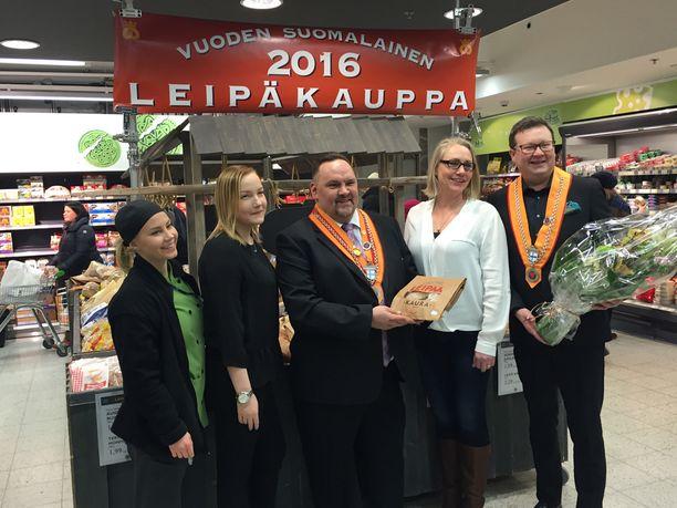 Kuvassa vasemmalta Sonja Lumiaho, leipäosaston kakkosvastaava Regina Roomets, myyntipäällikkö Timo Pitkäranta, leipäosasaston ykkösvastaava Mira Salonen ja palveluvastaava Tapio Pakanen.