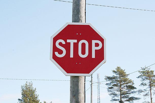 Varusmiesten auto tuli stop-merkin takaa.