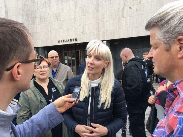 Presidentinvaaleihin valmistautuva Laura Huhtasaari kertoi toritapahtumassa kannattavansa Suomen eroa EU:sta. Huhtasaaren mukaan Suomen tulee olla ketterä kansallisvaltio.