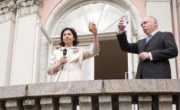 Britannian suurlähettiläs Sarah Price toivotti juhlavieraat tervetulleiksi kuningatar Elisabetille osoitetun maljan kera.
