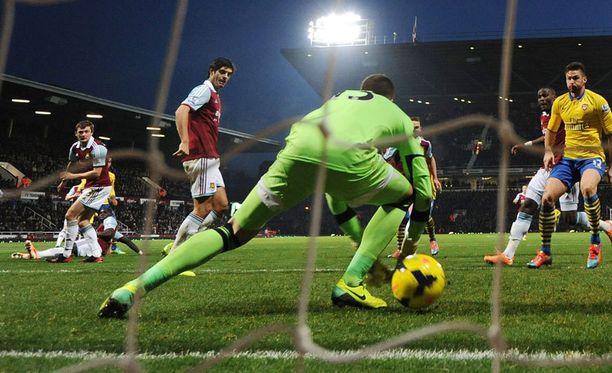 Näin syntyy Arsenalin tasoitus: West Hamin maalivahti Adrian päästää Theo Walcottin köykäisen laukauksen sisään.