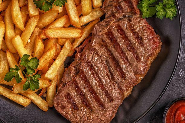 Naudanlihapihvi, ranskalaiset, grillatut kasvikset, vaalea leipää ja voita: 1344,63 kcal