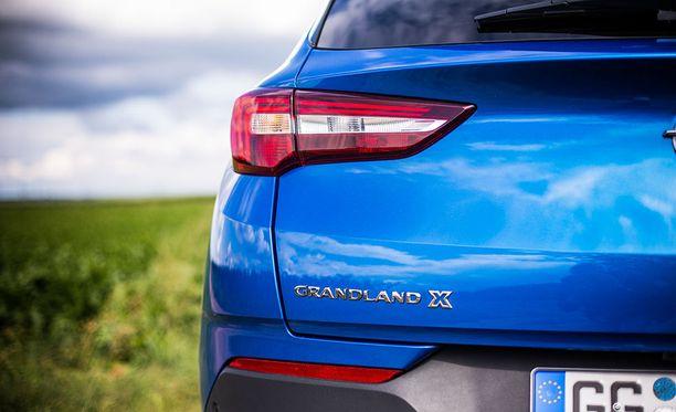 Takavalojen vaakasuuntainen muotoilu korostaa auton suurempaa kokoa Opelin X-tuoteperheessä.