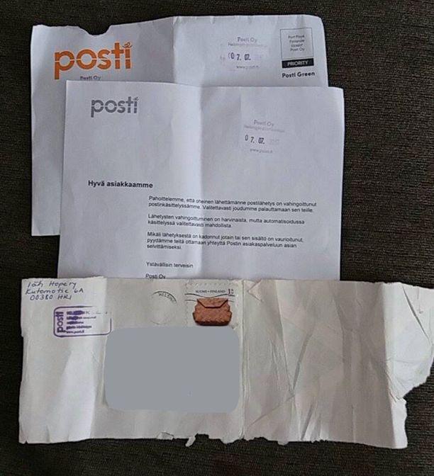 Hope ry:n vahingoittunut lähetys tuli lopulta perille Postin isossa kuoressa. Kuvasta näkyy, kuinka rannekkeet sisältänyt kuori oli jäänyt ehjäksi vain yhdeltä reunaltaan.