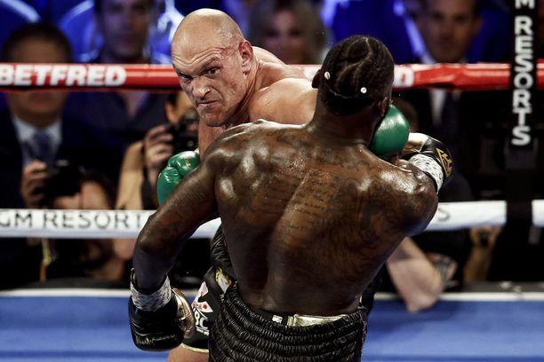 Tyson Fury (takana) voitti WBC-liiton MM-tittelin Deontay Wilderilta alkuvuodesta. Hän on nyrkkeillyt Daniel Kinahanin tallissa pitkään.