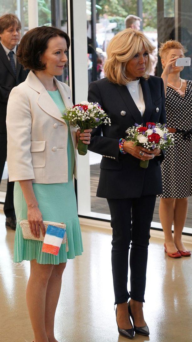 Jenni Haukio sai myös askarrellun Ranskan lipun.