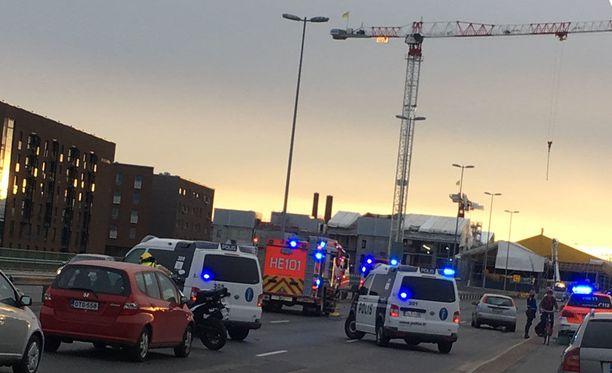 Liikenne Helsinkiin päin on jumissa Kulosaaren kohdalla liikenneonnettomuuden takia.