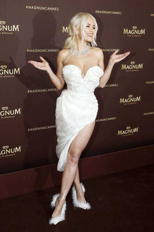 Rita Ora Magnumin tilaisuudessa Cannesin elokuvajuhlilla. Voiko naisellisempaa lookia ollakaan!