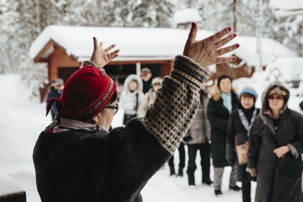 Turisteja Rovaniemen Porohovissa talvella 2018. KUVA: ANTTI RAATIKAINEN/IL.