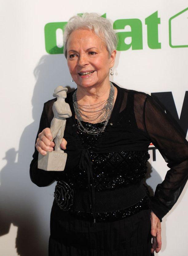 - Minkäs teet, jos olet sensuelli, edelleen hyvin kaunispiirteinen Anneli Sauli, 80, tuhahtaa vanhoille elokuvamuistoilleen Betoni-Jussi –patsas kädessään.
