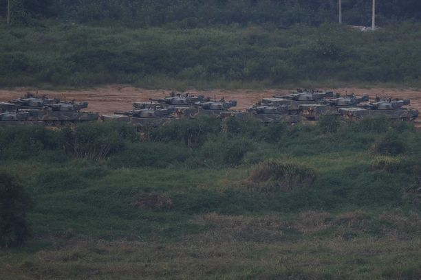 Etelä-Korean panssarivaunuja lähellä demilitarisoitua aluetta Pajussa, Gyeonggi-dossa.