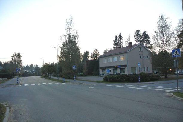 Tuntematon auto suhaili valtuutettu Seppo Laineen kotitalon edessä Ähtärissä viikko sitten lauantaina. Laine ja hänen vaimonsa ovat varmoja, että autosta ammuttiin kahdesti.