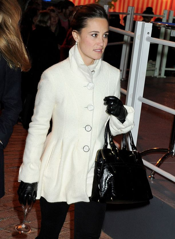 KUUMA SINKKU Pippa Middleton käänsi katseet luistinradalla Lontoossa.