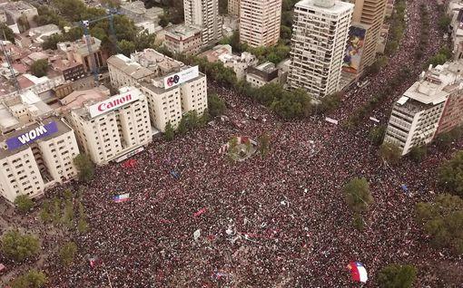 Chilessä maan historian suurin protesti – miljoona mielenosoittajaa marssi pääkaupungin kaduilla